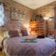 ईंट की दीवार के साथ बेडरूम आंतरिक विचार