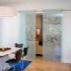 Glidande glasdörrar: fördelarna och nackdelarna