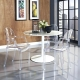 Tables en plastique dans un intérieur moderne