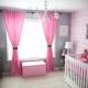 Vi väljer gardiner för rosa tapeter