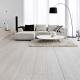 Ljust laminat i inredningen av lägenheten