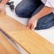 Posa del laminato sul pavimento in legno