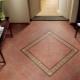 Escolhendo telhas no chão no corredor