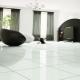 Vita glansiga golvplattor: de finesser som valts