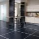 Svarta golvplattor: fördelarna och nackdelarna