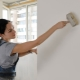 Hur man primerar väggarna innan du klämmer på tapeter?