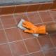 Vi tvättar primern från plattan på golvet