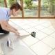 Läggande plattor på golvet diagonalt
