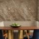 Dekorativt Travertino-gips: vackra alternativ för väggdekoration i inredningen