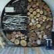 Drovnitsa för öppen spis i interiören