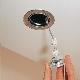Hur man skruvar loss glödlampan säkert från det falska taket?