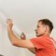 Hur man limar taklocket för att sträcka taket själv?