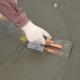 Subtiliteter som applicerar kitt på golvet
