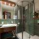 Duschkabin i inredningen av ett litet badrum