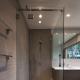 Innehåller duschkabinett av glas utan pall