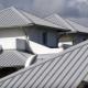 Características de la selección e instalación de techos de aluminio para una casa particular.