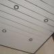 Taket på plastpaneler: fördelarna och nackdelarna