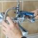 Installationsprocessen på kranen i badrummet
