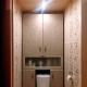 Inbyggda garderober på toaletten bakom toaletten: typer av modeller och detaljer om tillverkning