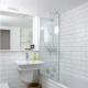Carrelage blanc pour la salle de bain: caractéristiques matérielles et options de finition
