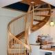 Hoe de trap naar de tweede verdieping in het huis te schilderen?