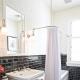Hörn gardinstänger för badrummet: funktioner av valet