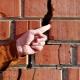 Hur förseglar man en spricka i murstenen i ett tegelhus?