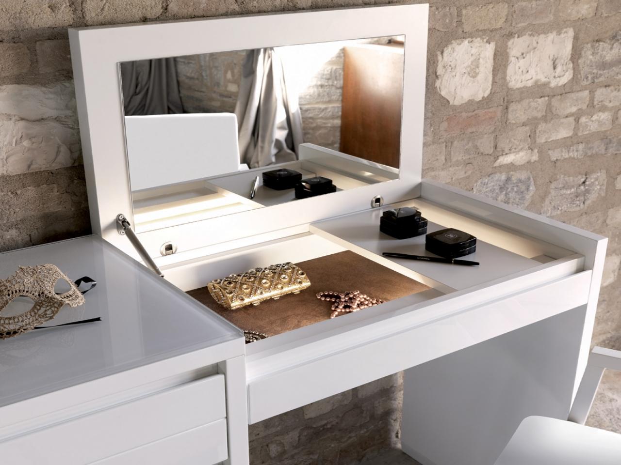 Ikea Hemnes Cassettiera Con Specchio.Una Cassettiera Con Uno Specchio Nella Camera Da Letto 39 Foto
