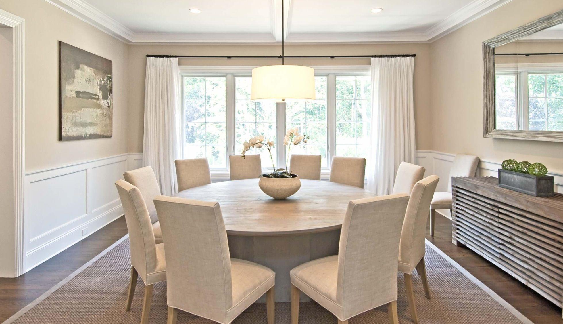 Weißer runder Tisch: ein stilvoller Konsolentisch im Innenraum