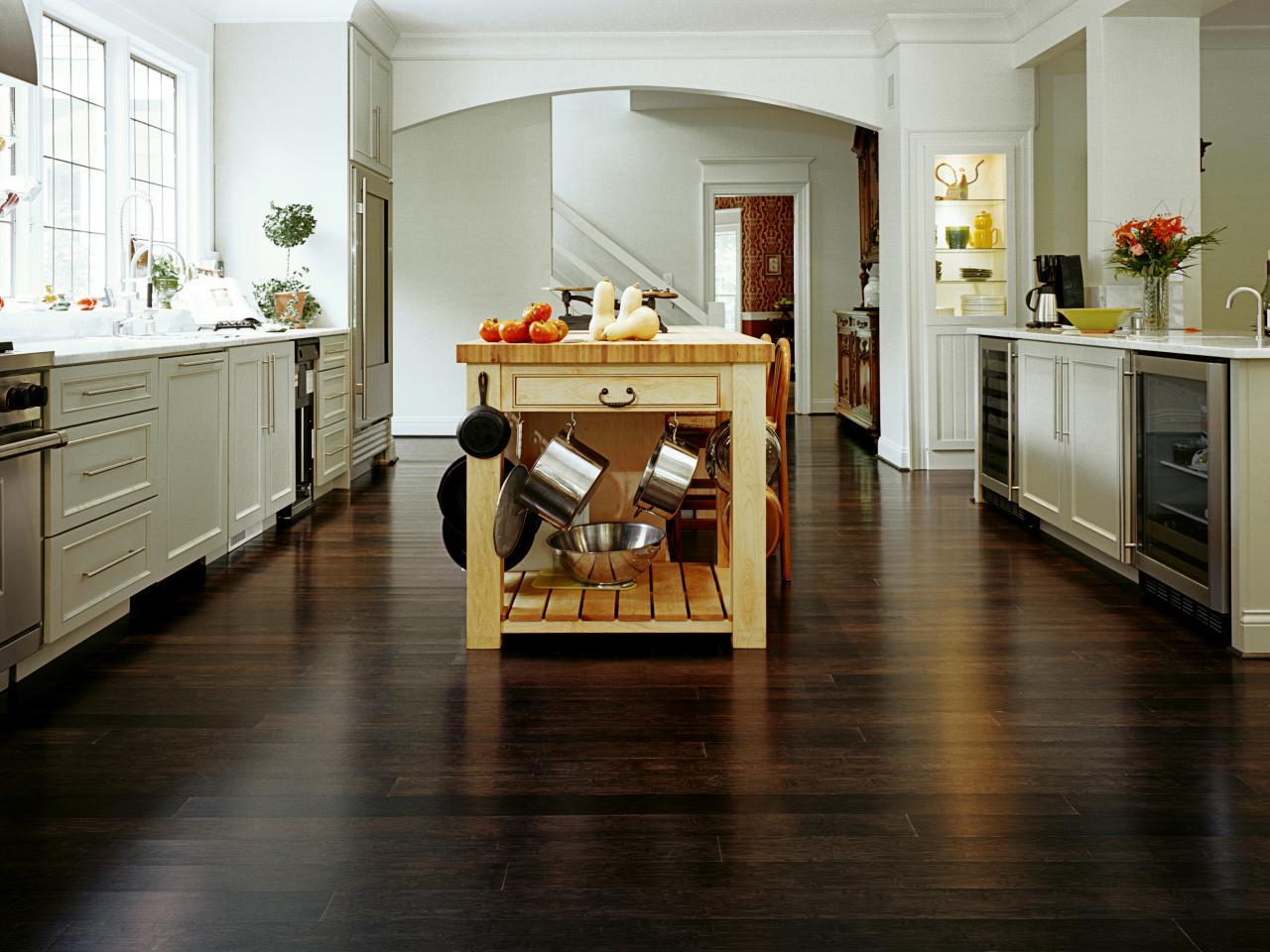 Donkere Vloeren In Het Interieur 47 Foto S Meubels Op De Bruine Vloer In Een Klein Appartement Combinatie Met Witte Deuren En Licht Behang Op De Muren