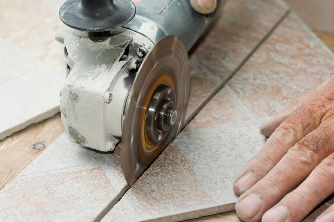 In che modo le smerigliatrici tagliano le piastrelle? taglio con una