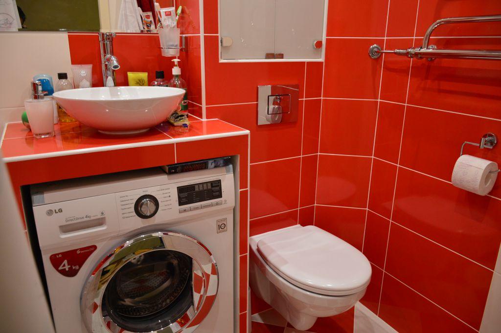 Lavadora Con Lavabo.Revestimiento Con Un Lavabo Debajo De La Lavadora En Un