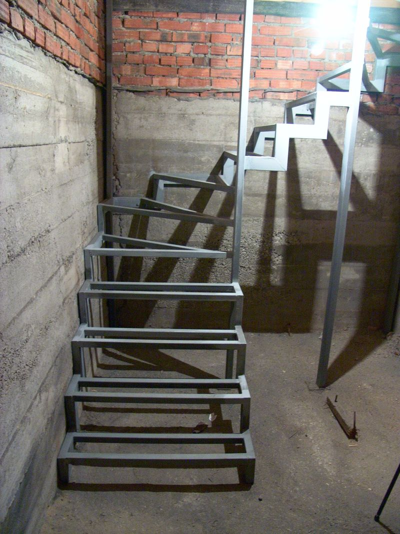 تصنيع السلالم المعدنية 56 صورة إنتاج هياكل معدنية في الطابق الثاني من منزل خاص بأيديهم وحسابها وتركيبها