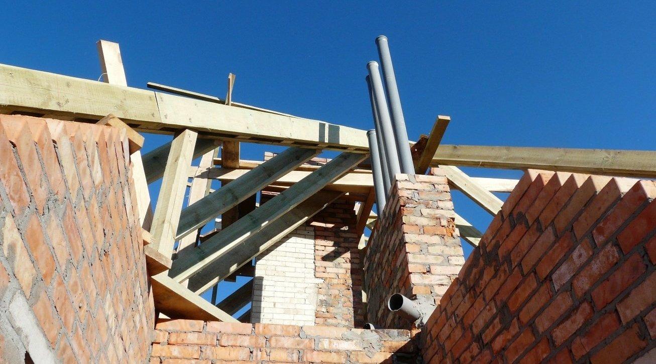 Vecchio Materiale Da Copertura smontaggio del tetto: riparare il vecchio tetto di una casa