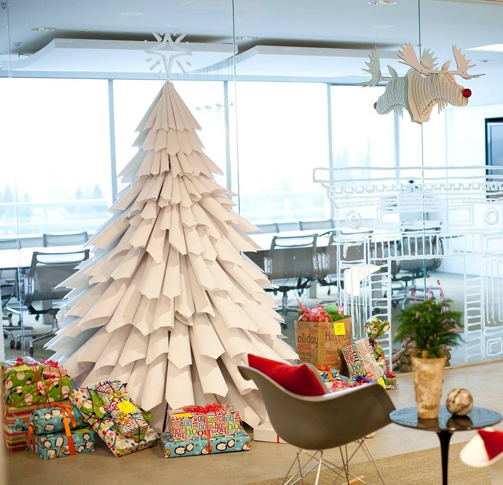 How To Decorate A Christmas Tree For The New Year 54 Photos How Beautiful To Decorate With Decorations And In What Color The Design Of New Year S Decoration