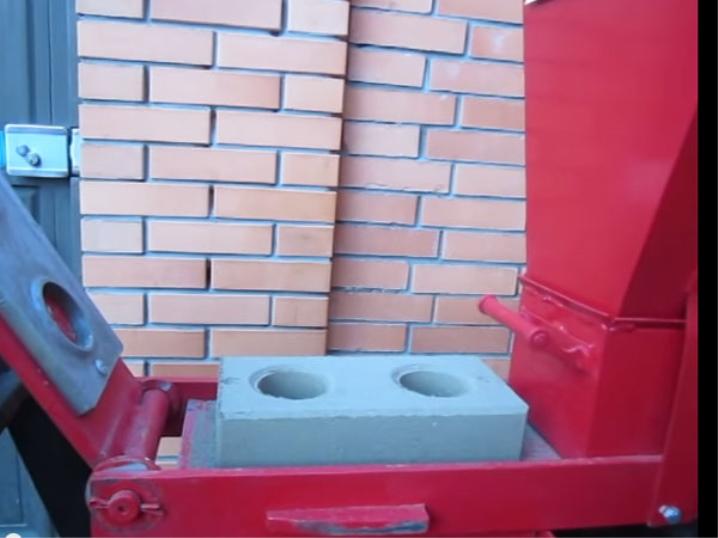 Machine with sensor for lego bricks