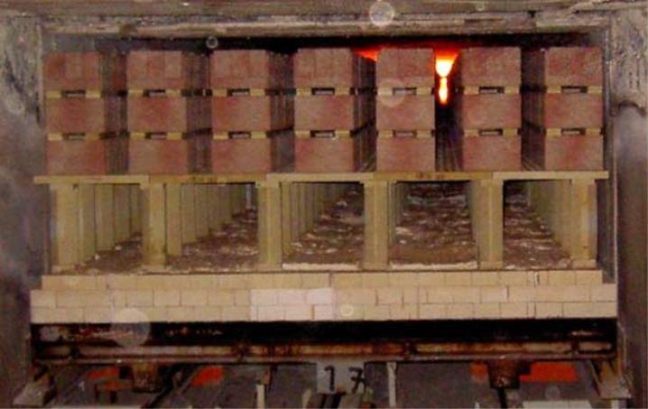 اطلاق الطوب في المصنع