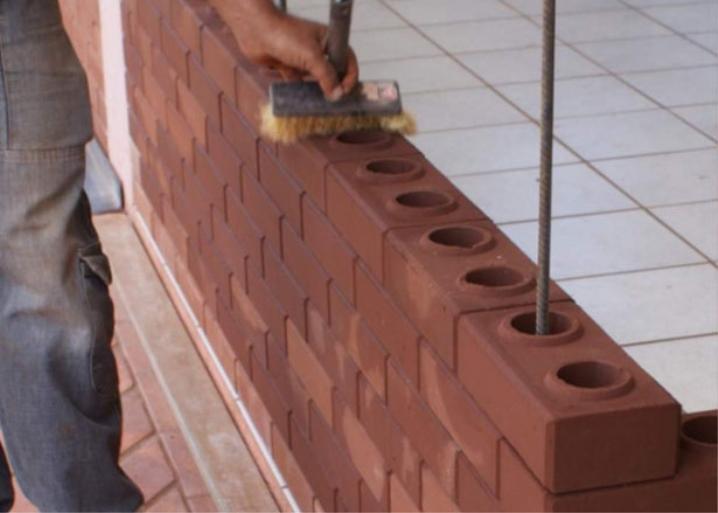 एक घर बनाने के लिए लेगो ईंट